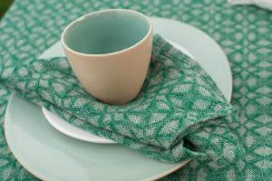 """Pilkai-žaliai raštuota lininė servetėlė, skalbta. Gamintojas – AB""""Siūlas"""""""