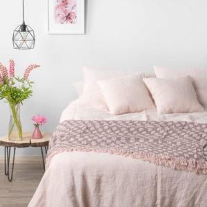 Rožinė / ružava lininė patalynė iš skalbto audinio (pagalvės, antklodės užvalkalai ir paklodės, su guma arba paprastai apsiūta). Pagaminta Lietuvoje.