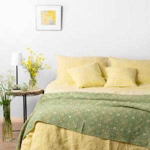 Geltona lininė patalynė, skalbto audinio (antklodės ir pagalvės užvalkalai, paklodė). Pagaminta AB Siūlas