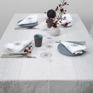 """Puslininė šviesiai pilka siuvinėta staltiesė. Gamintojas – AB""""Siūlas"""""""